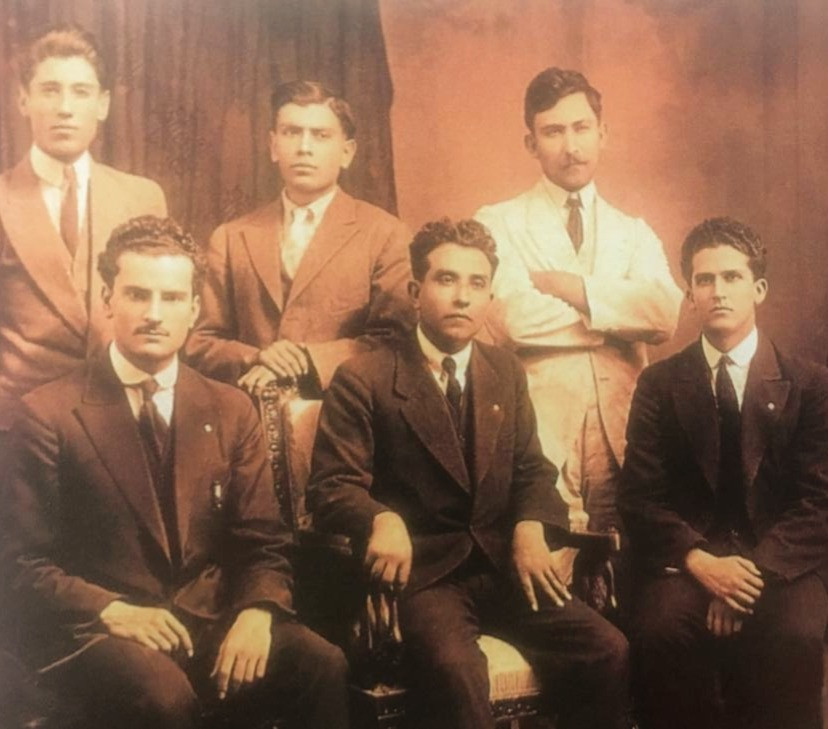La Gironda, el grupo universitario de Anacleto, sentado al centro