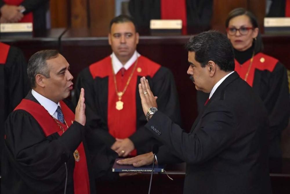 Nicolás Maduro, a la derecha, y el presidente del Tribunal Supremo de Justicia, Maikel Moreno, en el momento de la 'juramentación' irregular del dictador
