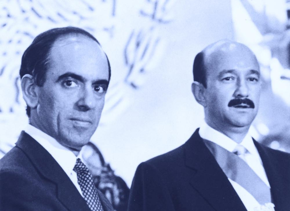 Cordoba Montoya, jefe de la Oficina de la Presidencia, a la izquierda, y Carlos Salinas, presidente de México de 1988 a 1993, a la derecha
