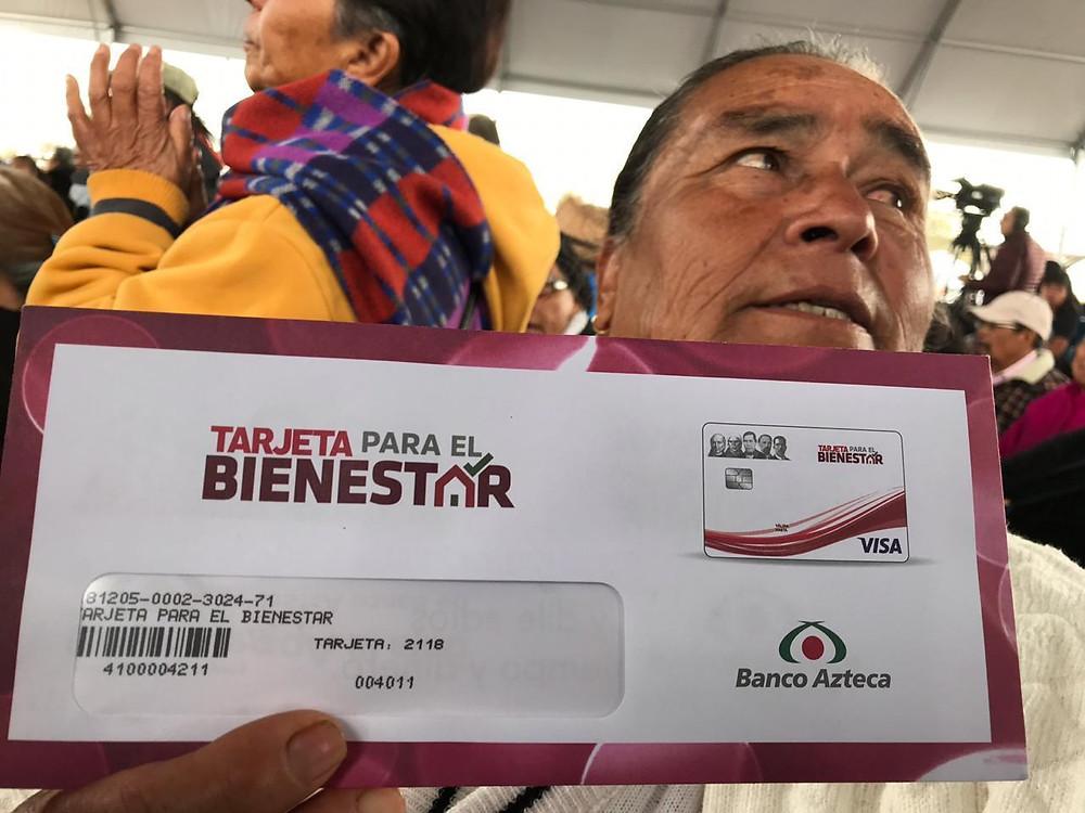 Ciudadana con una tarjeta del Banco de El Bienestar