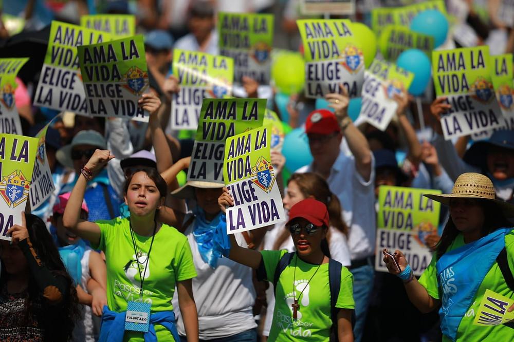 Manifestantes en la 4 Marcha por la Vida en la Ciudad de México, el sábado 18 de mayo