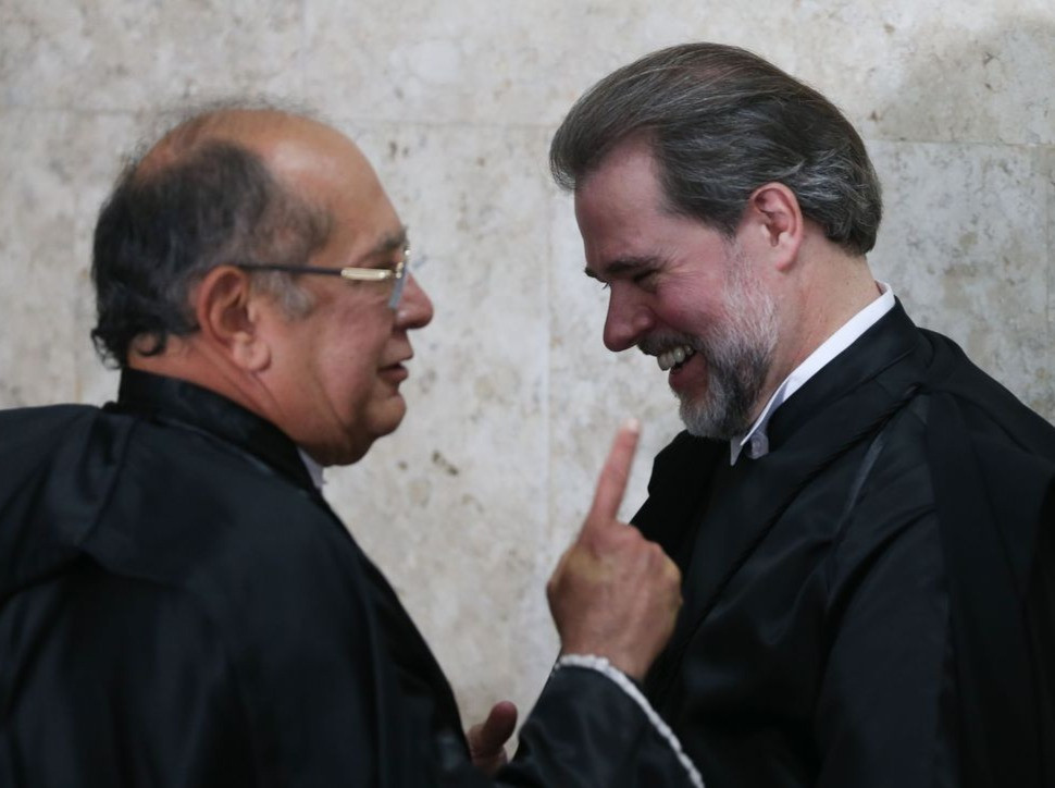 Dias Toffoli, presidente do STF, fora de foco o primeiro à esquerda, e Alcolumbre, presidente do Senado, no centro em foco