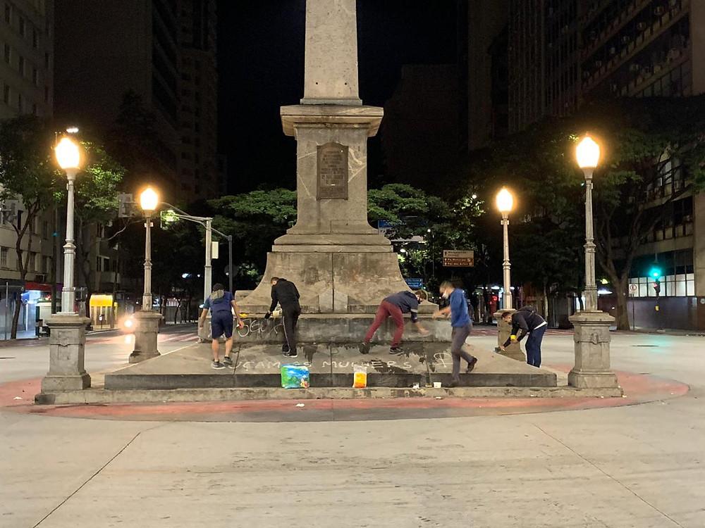 O grupo de cidadãos limpando o obelisco