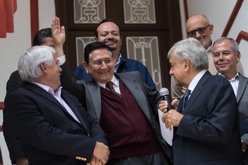 En foto antológica, López Obrador nombrando a cargos a viejos priistas; en el centro, Ignacio Ovalle Fernández