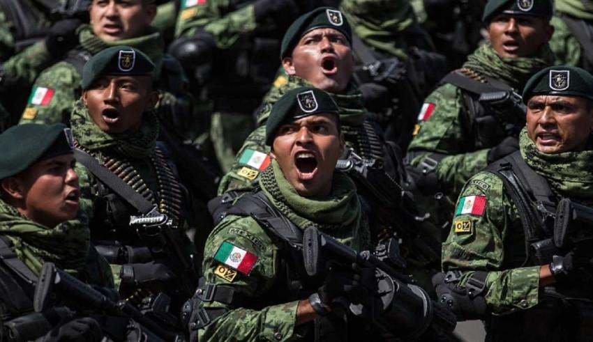 En primer plano, militares mexicanos