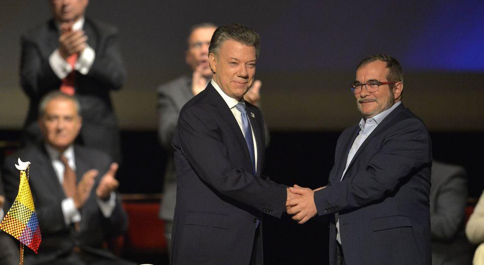 El presidente Juan Manuel Santos con Rodrigo Londoño, líder de las Farc, también conocido como 'Timochenko'
