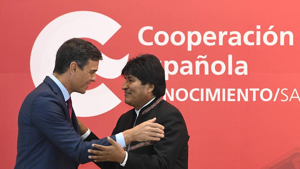 Pedro Sánchez, a la izquierda, y Evo Morales, a la derecha, en 2018