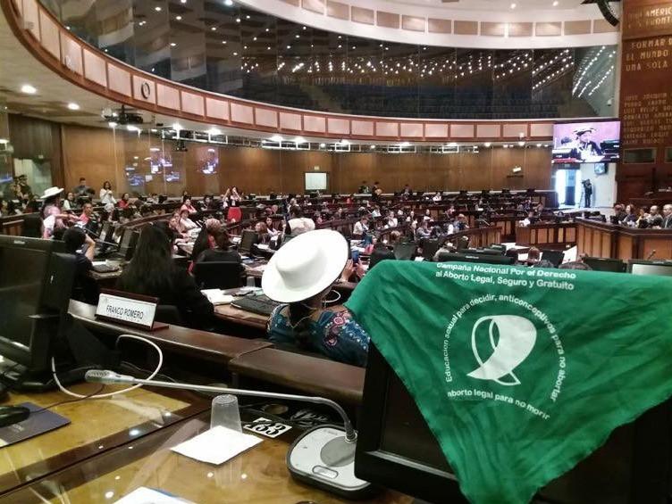 Asamblea Nacional del Ecuador, un asambleísta con el pañuelo verde del lobby de la muerte