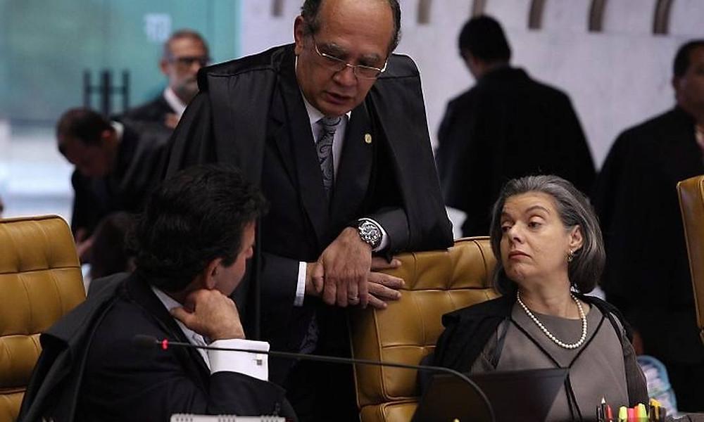 Los ministros Fux, Mendes e Carmen Lúcia em sessão do STF