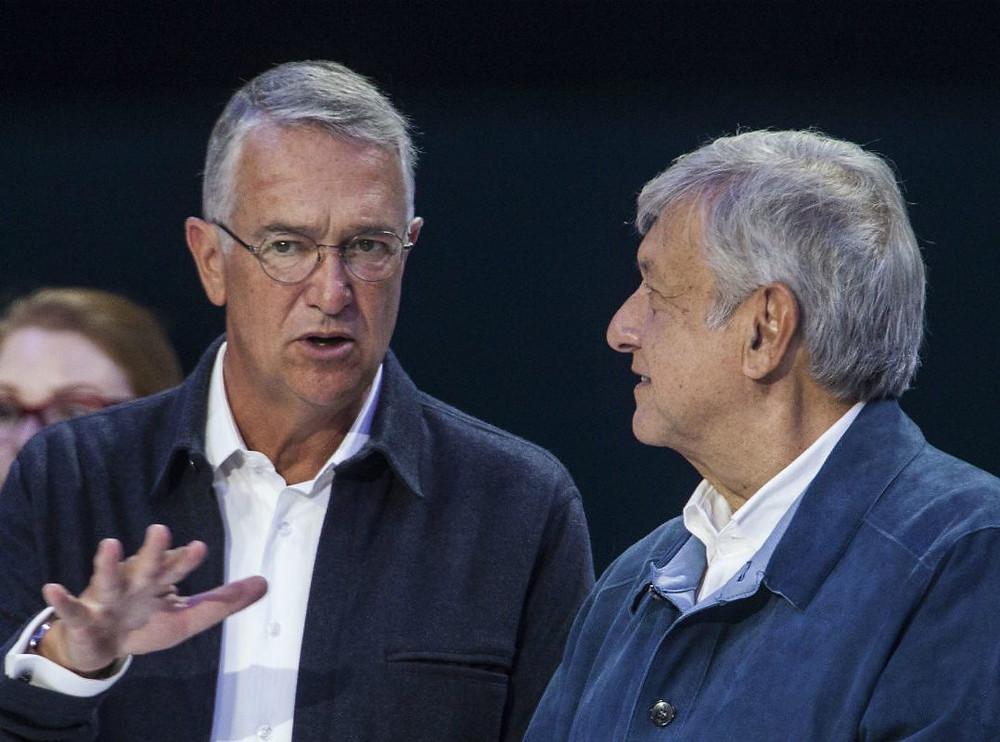 López Obrador, derecha, y el empresario Salinas Pliego, izquierda