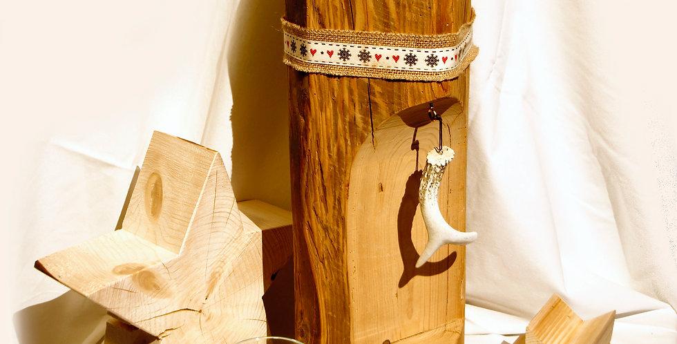 Holzbalken mit Hirschhorn