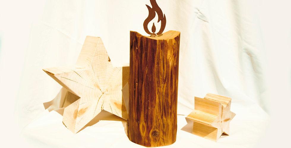 Holzbalken mit Metallflamme