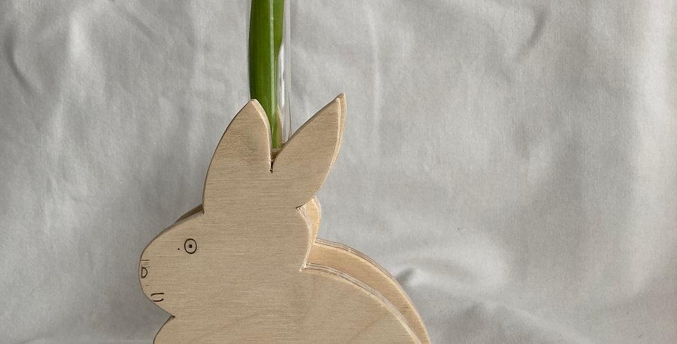 Hase mit Blumenglas als Tischdeko für Ostern