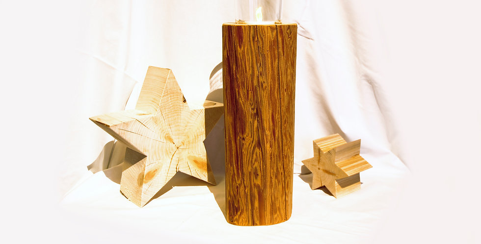 Holzbalken mit großem Teelicht