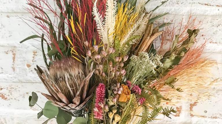 buquê de flores secas com protea sté