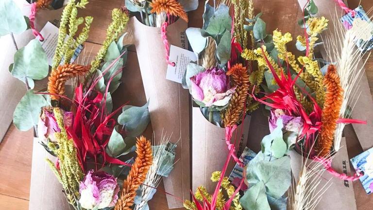 mini buquê flores secas no kraft