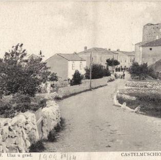 Omišalj. Ulaz u grad / Castelmuscho. L'entrata