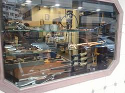 התקנת מדפי זכוכית סכינים למבינים