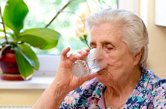 idosa bebendo agua.jpg