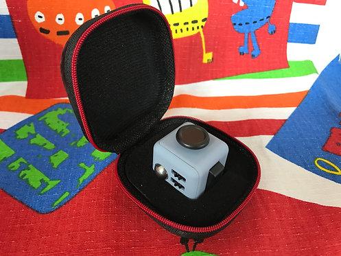 Fidget Cube gris claro con negro + estuche