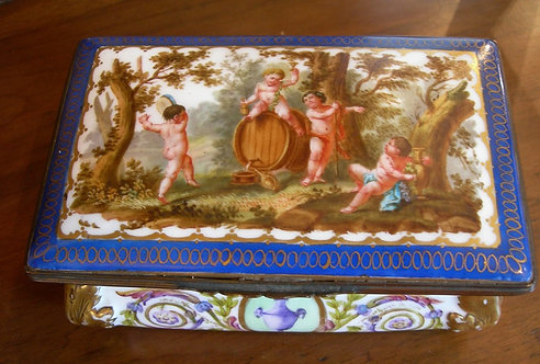 A Wonderful Paris Porcelain Casket (DKS/397)