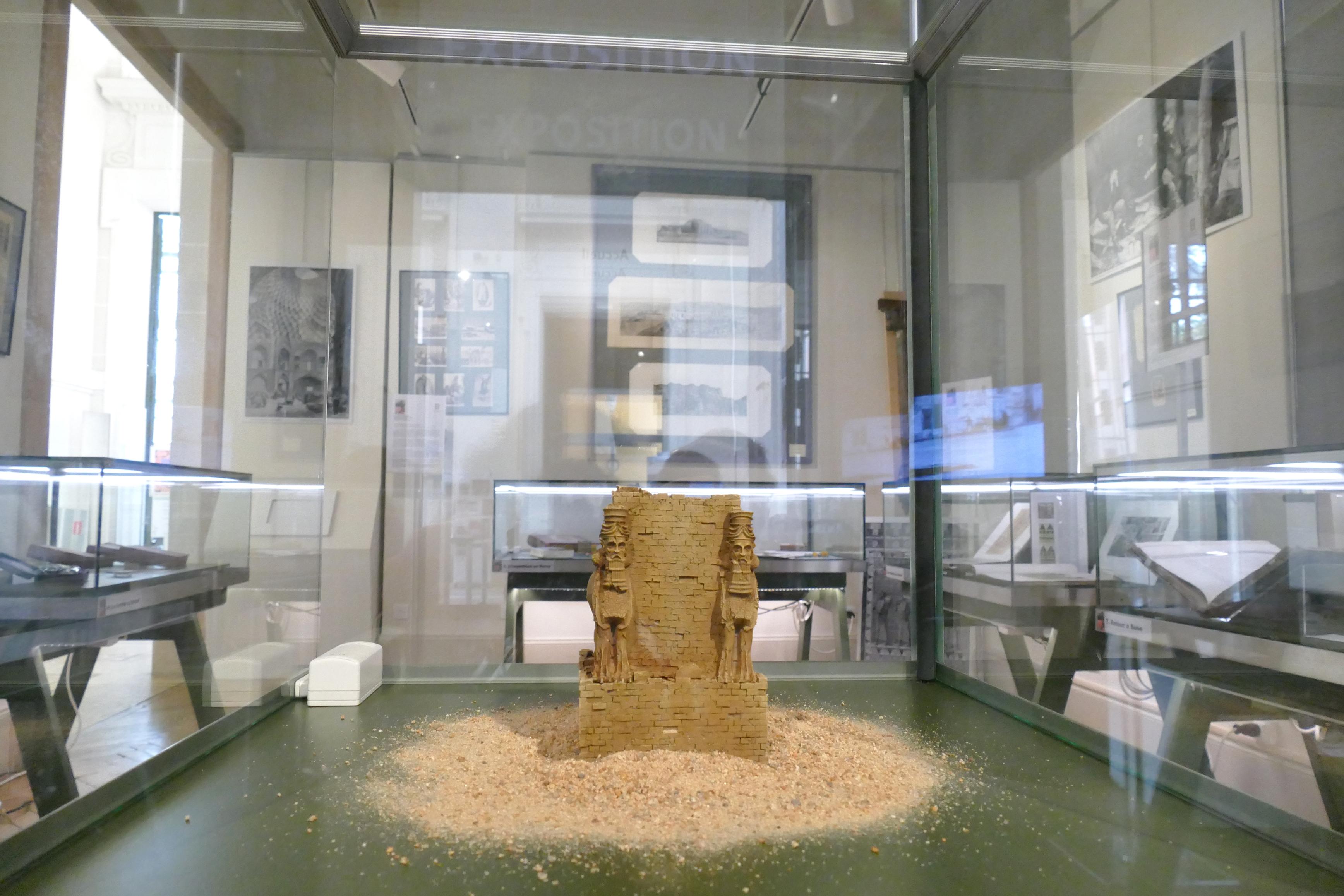 Vitrine centrale, châpiteau androcéphale de Persépolis