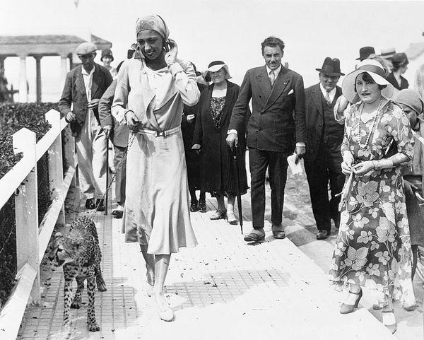 Joséphine Baker promenant Chiquita