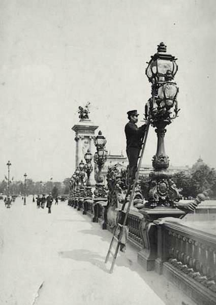 Allumeur de réverbère à Paris, pont Alexandre III