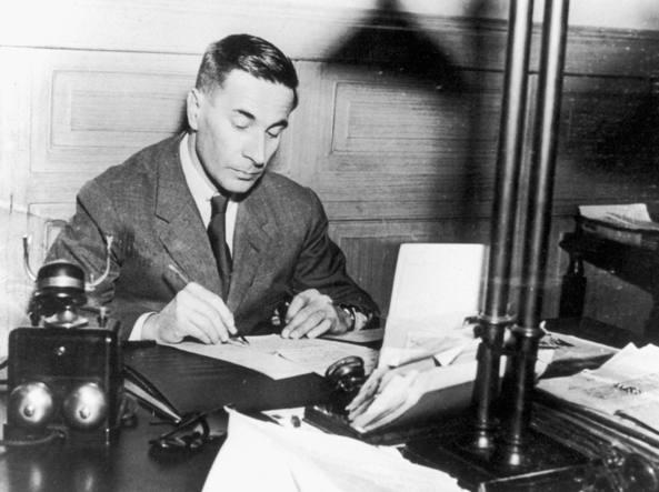 Dino Buzzati à son bureau