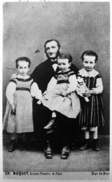 Louis Prosper Claudel et ses trois enfants, Camille, Louise et Paul