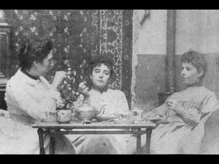 Camille au centre, Jessie Lipscomb à gauche