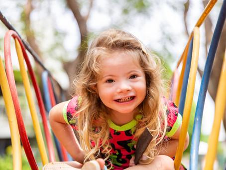 Criança feliz é no parquinho