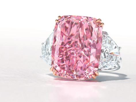 好一朵美麗的粉櫻花 15.81 克拉豔彩紫粉紅鑽拍出逾8億天價