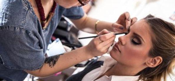 201078-425x283-makeup-artist.jpg