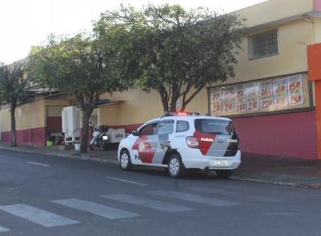 Ladrões furtam padaria e supermercado. Assaltantes agiram na manhã de domingo (30)