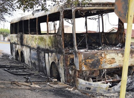 Quatro ônibus são incendiados após morte de suspeito de roubo em Matão