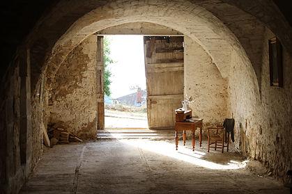 Entrée de la Cathédrale Souterraine das le village de Saint-Martin de Pallières. Visites. Var. Culture