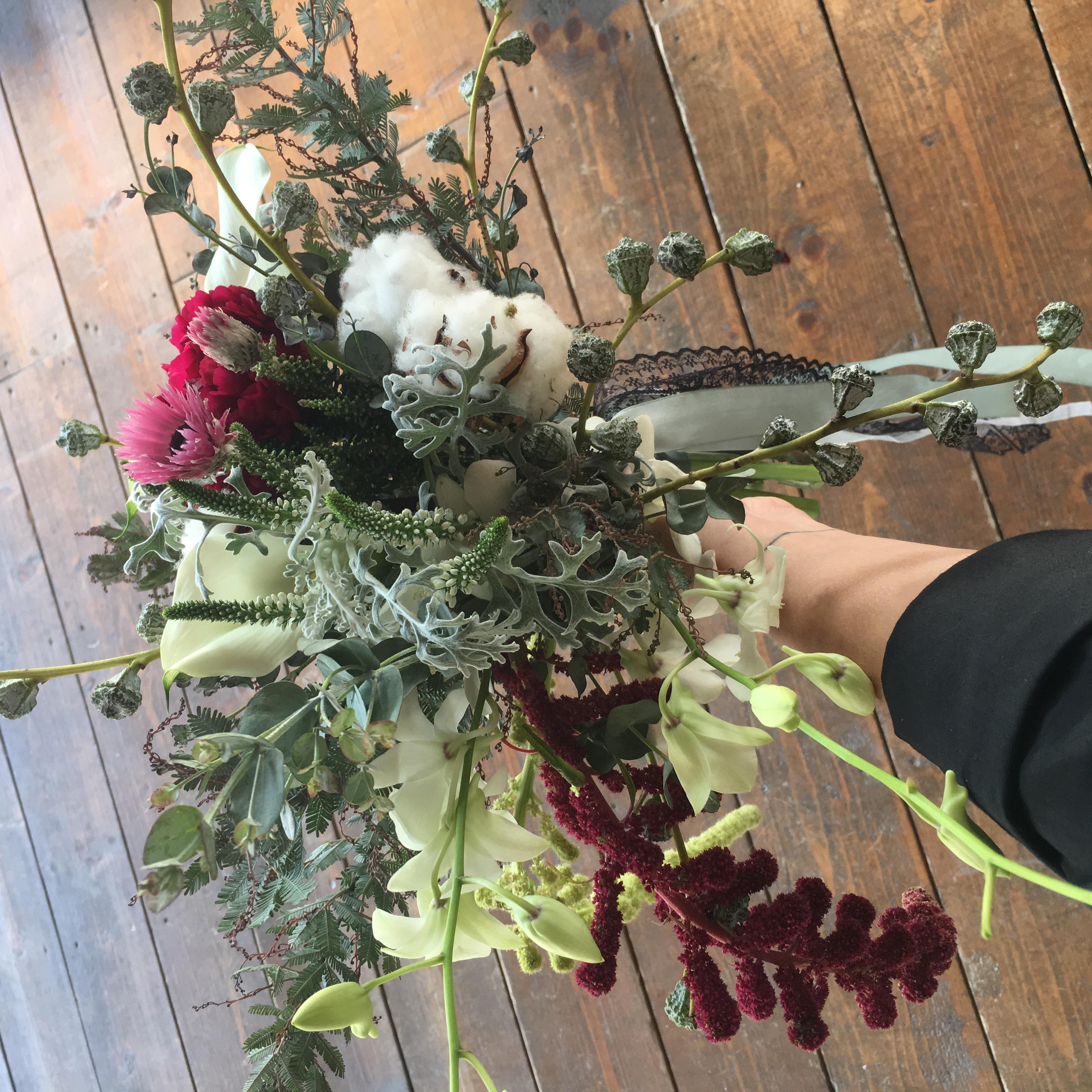 buchet eclectic cu bumbac și orhidee