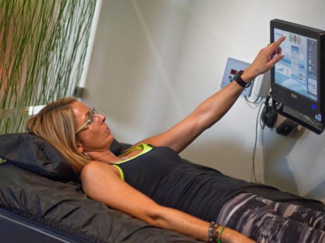 Hydromassage-woman-touchscreen-2014.jpg