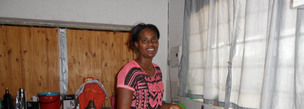 Ndatu in ihrer Küche