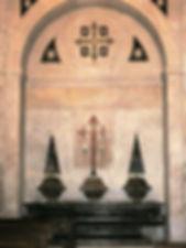 Pila de mármol del lavabo de la sacristía. Destacan los emblemas de la orden de Santiago: la cruz y las conchas