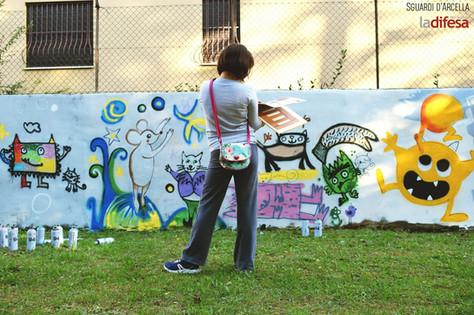 Il nuovo muro delle favole della scuola San Carlo Borromeo: per i bambini, oltre al bello, è senso di appartenenza