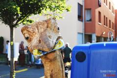 """""""Non fare lo struzzo"""": UrbArt porta all'Arcella una scultura di legno per riflettere su rifiuti e inquinamento"""