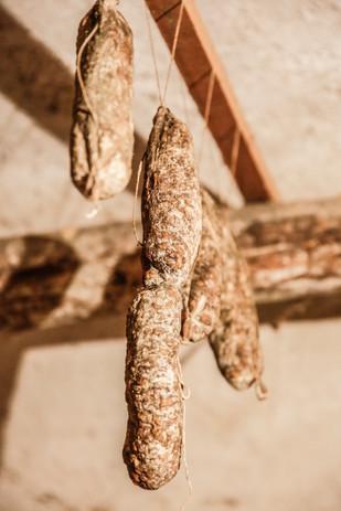 Lucaniche appese nei vòuti per la stagionatura