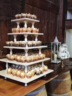 Barn wedding cupcakes & cutting cake