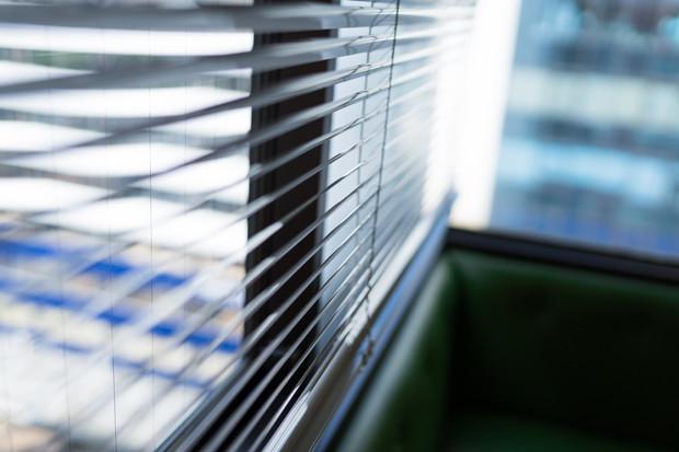 病院と外を隔てる窓。このブラインドの境目は、いくらでも、どんな人でも、簡単にすり抜けて行くことができる。