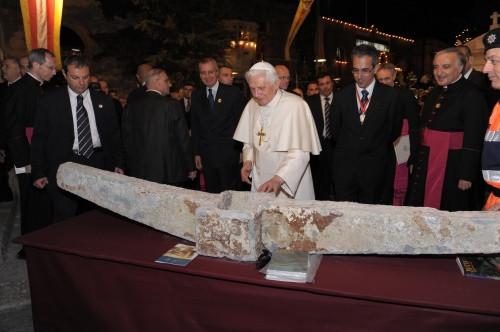 Папа Римский и якорь с корабля Святого Павла