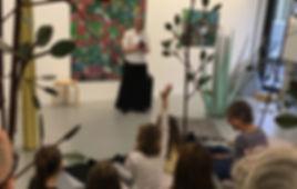 Geschichtenerzählerin Sibylle Baumann im Tschuggo Forest von Patrick Graf, Galerie Katz in Zürich