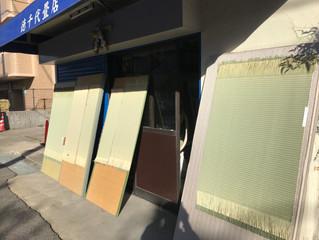 種類の違う畳表を、日焼けさせてます