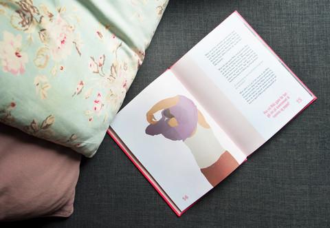 Et oppslag med illustrasjon i boken om Malu